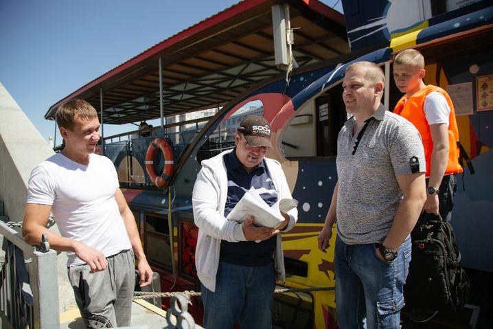 Sergej mit seiner Crew, zwei Matrosen und einem Helfer