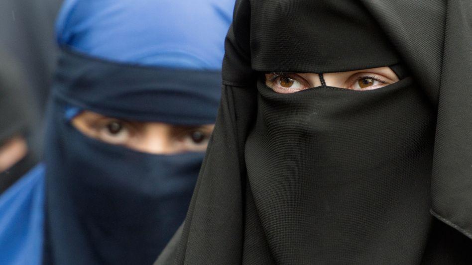 Verschleierte Frauen bei einer Salafisten-Kundgebung in Offenbach (Archivbild)
