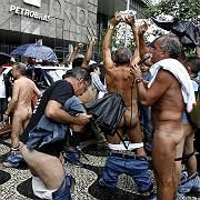 Protestierende Rentner in Rio: Nackte Tatsachen