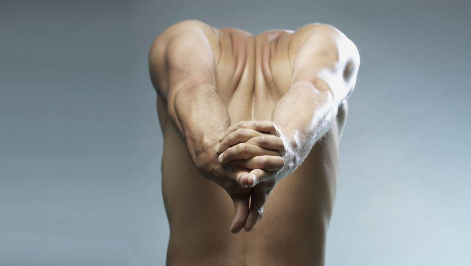 Strecken und Dehnen: Bei einer Dystonie ist eine Bewegungstherapie sinvoll