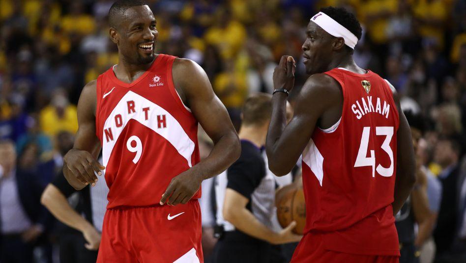 Torontos NBA-Champions Serge Ibaka (l.) und Pascal Siakam (r.)