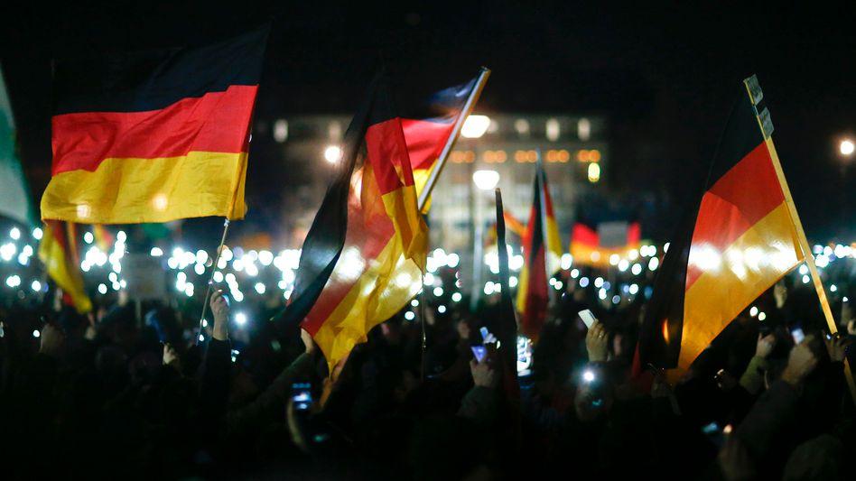 Pegida-Teilnehmer in Dresden: Plumpe Verbrüderungsversuche