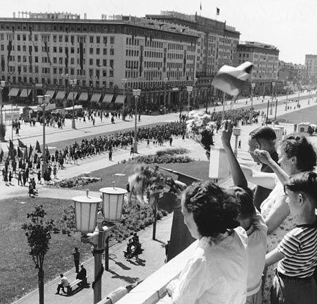 Deutschlandtreffen der Jugend 1954 in der Ostberliner Stalinallee