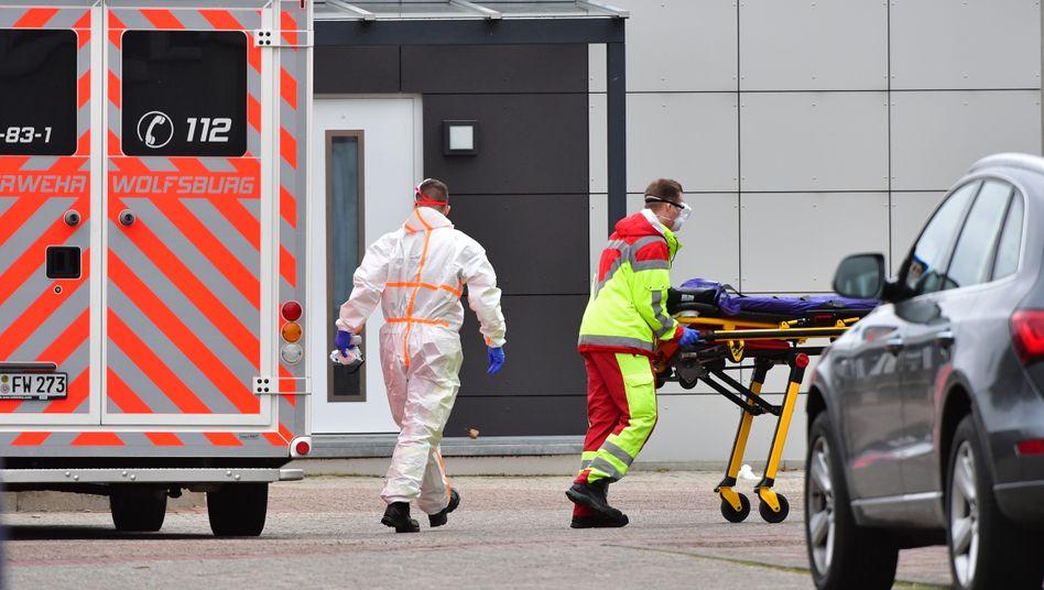 Rettungskräfte in Wolfsburg: Die Stadt wird von der Pandemie erschüttert