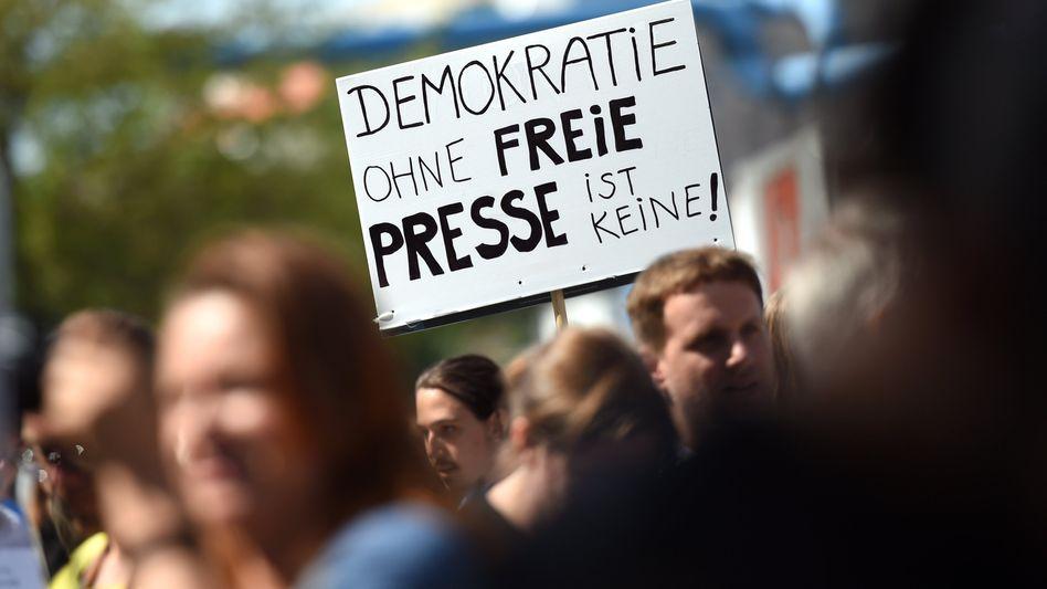 Demonstration für die Pressefreiheit (in Berlin): Wer wollte was in der Affäre?