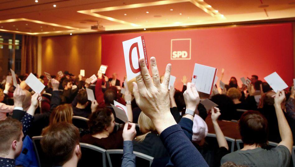 Delegierte stimmen beim außerordentlichen SPD-Landesparteitag in Erfurt ab