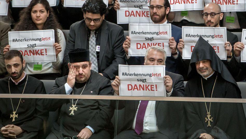 """Mitglieder der Armenier-Initiative """"Anerkennung Jetzt"""" im Bundestag"""