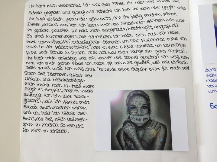 In ihrem Tagebuch verarbeitet Michaela, was ihr als Kind passiert ist.
