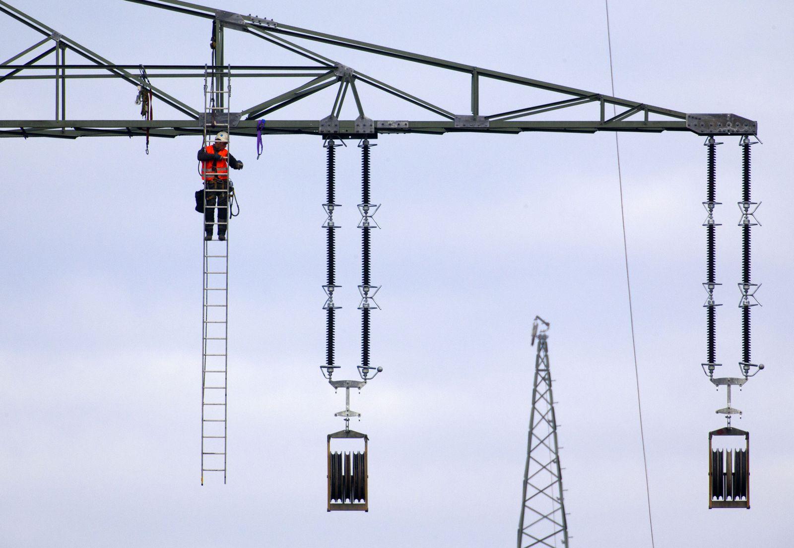 Helikopter zieht Leitungsseile für Stromtrasse