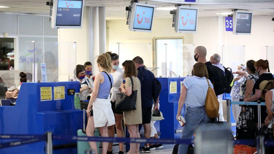 Reisende am Flughafen von Heraklion auf Kreta