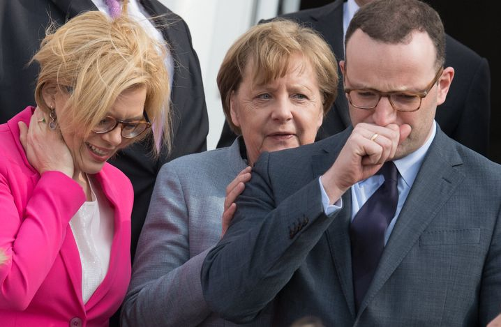 "Angela Merkel, Jens Spahn: ""Der schafft 'ne Menge weg."""
