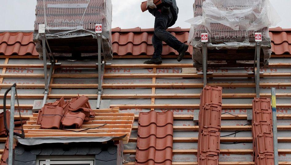 Nur ein falscher Schritt: Für Dachdecker ist die Absicherung besonders teuer - aber nötig
