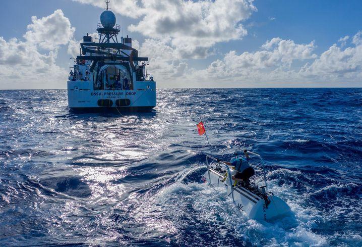 "Das U-Boot ""DSV Limiting Factor"" neben seinem Mutterschiff"