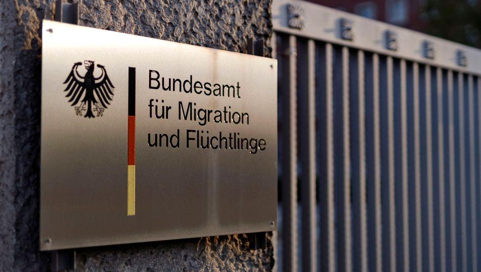 Das Bundesamt für Migration und Flüchtlinge BAMF stellt trotz fortlaufender Corona-Einschränkungen wieder ablehnende Asylbescheide zu(Symbolbild)