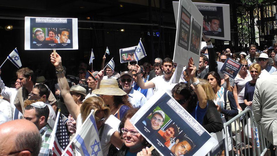 """""""#BringBackOurBoys"""" fordern die Demonstranten: Die drei israelischen Jugendlichen sind nach wie vor vermisst"""