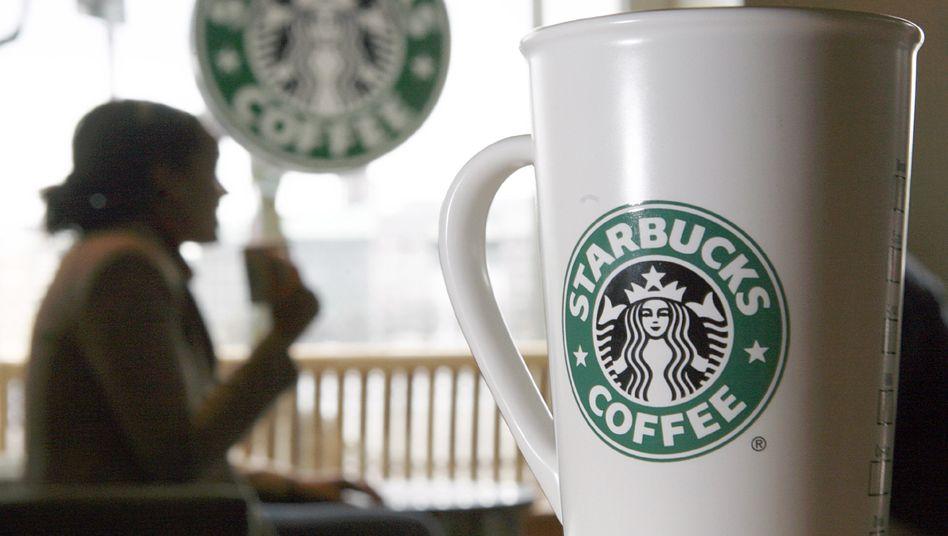 Tazza da caffè Starbucks (immagine di archivio): i clienti devono fare a meno delle proprie tazze