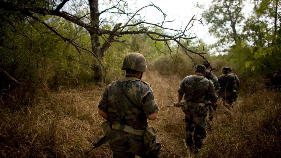 Mexikanische Soldaten patrouillieren an der US-Grenze nahe Miguel Aleman, Schauplatz eines erbitterter Drogenkriegs