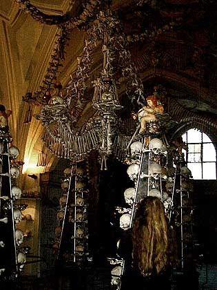 Kronleuchter: In dem Meisterstück der Knochenkirche sind alle 206 Knochen des menschlichen Körpers verbaut