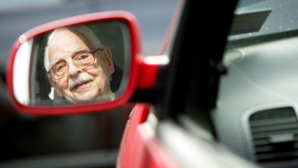 Blick in den Rückspiegel: Auf Deutschlands Straßen werden in Zukunft immer mehr ältere Menschen unterwegs sein