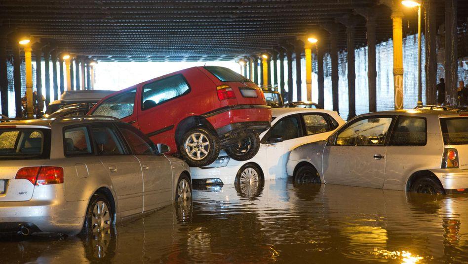 Gleim-Tunnel in Berlin: Regenwasser hat parkende Autos aufgetrieben