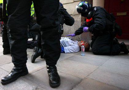 Von Polizisten verletzter Ian Tomlinson: Rohe Attacke von hinten