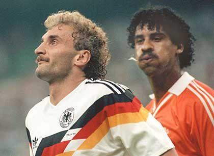 WM-Achtelfinale 1990: Der Niederländer Rijkaard (r.) bespuckt Völler