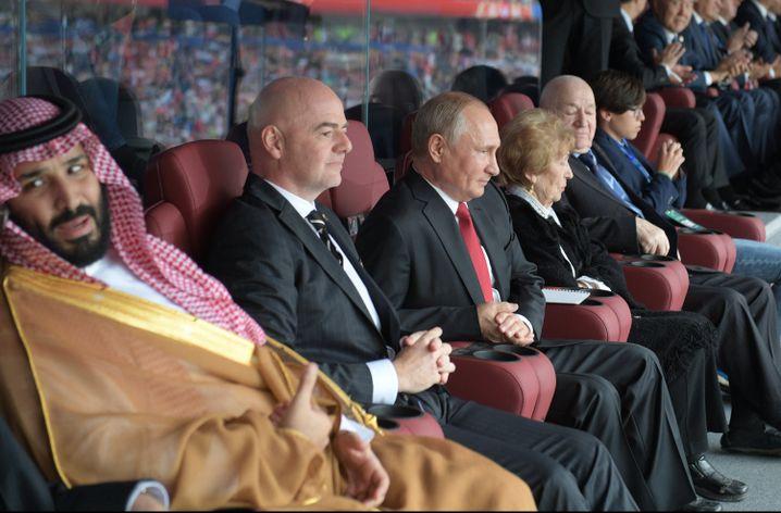 Kronprinz Mohammed bin Salman, Fifa-Präsident Gianni Infantino, Wladimir Putin (v.l.)