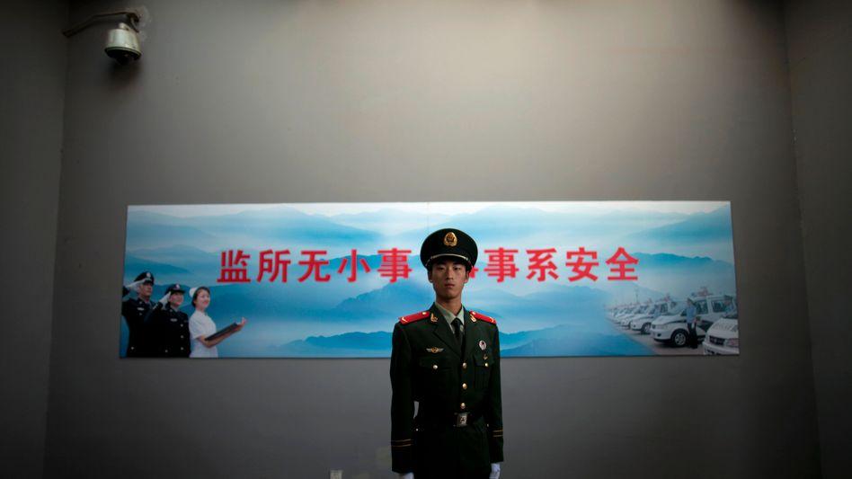 Wachmann vor Gefängnis in Peking (2012): Anwälte werden gefoltert