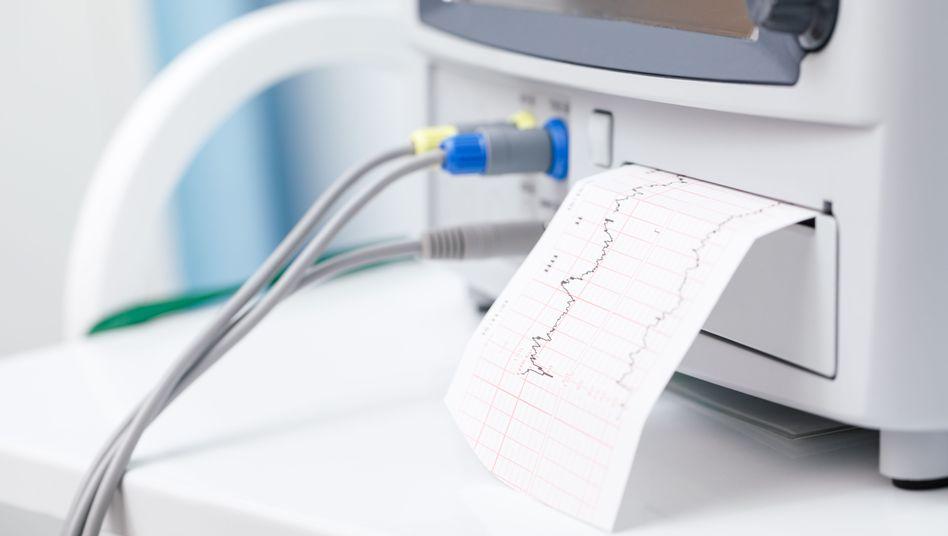 CTG-Wehenschreiber zeichnen Herztöne des ungeborenen Kindes und die Wehen auf (Symbolbild)