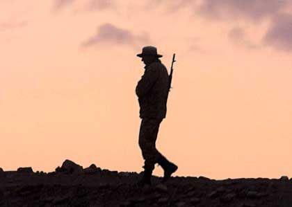 Es herrscht Alarmzustand: Ein usbekischer Soldat an der Grenze zu Afghanistan