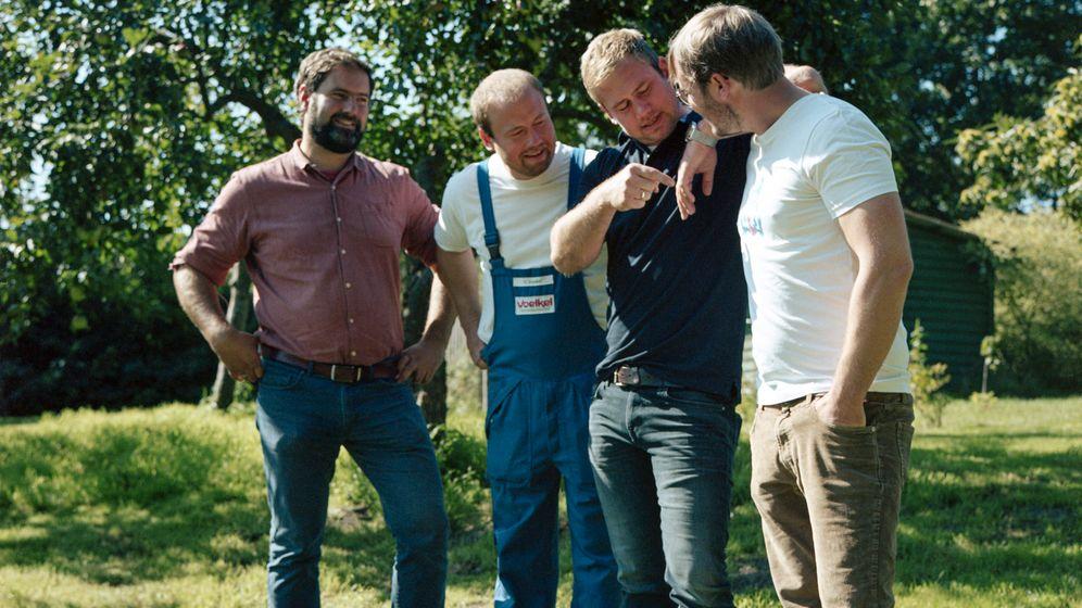 Die Brüder Boris, David, Jacob und Jurek Voelkel auf dem Firmengelände in Pevestorf