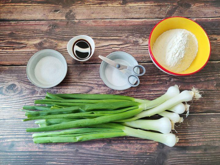 Zucker, Sojasoße, Salz, Mehl und Lauchzwiebeln – ganz einfach!