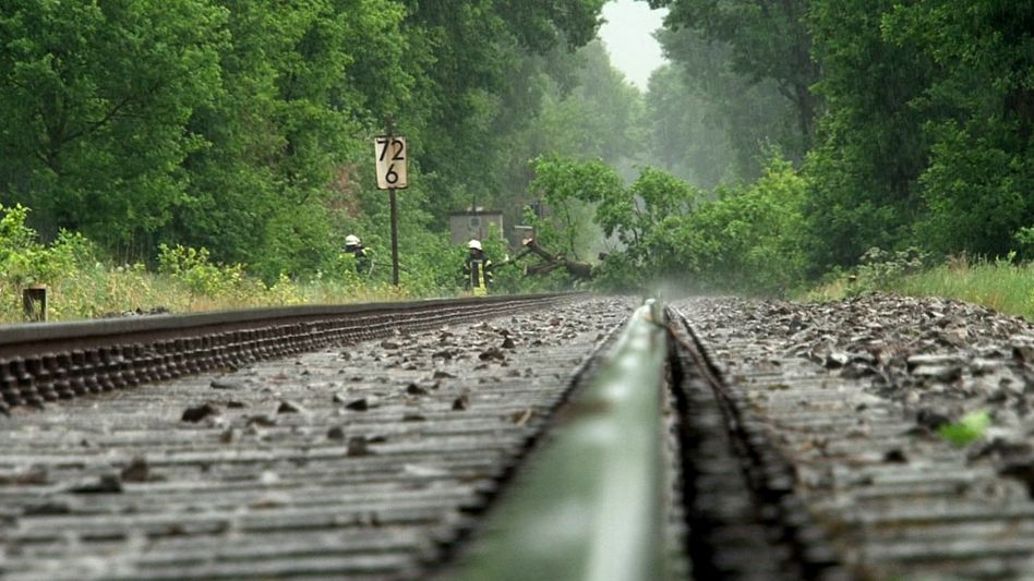 Einsatzkräfte entfernen umgestürzte Bäume von Bahngleisen bei Osnabrück