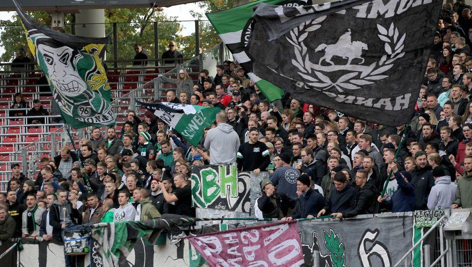 Hannover-Fans mit Fahnen