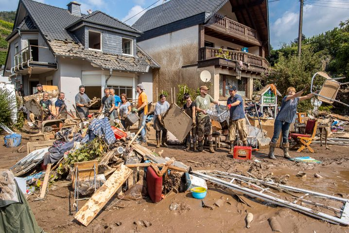Aufräumarbeiten in Mayschoß im Landkreis Ahrweiler in Rheinland-Pfalz