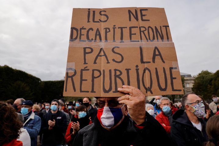 """""""Sie werden die Republik nicht enthaupten"""", steht auf diesem Plakat in Lille"""