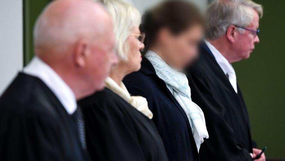 Melanie Meier (2.v.r.) mit Anwälten