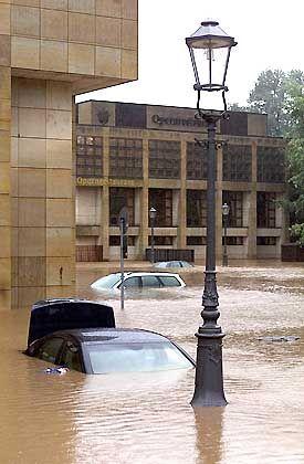 Angst vor der Welle: Dresden, überflutete Autos