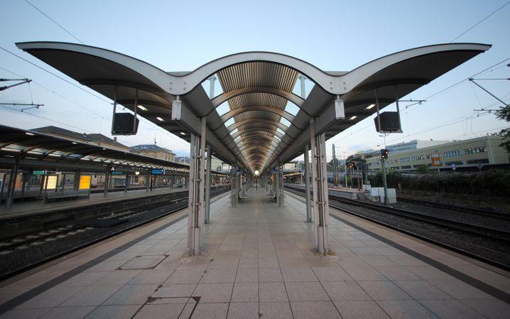 Bahnhof außer Funktion: Der profane Anlass führte zum Vollstillstand, die personelle Fehlplanung der Bahn wurde öffentlich sichtbar