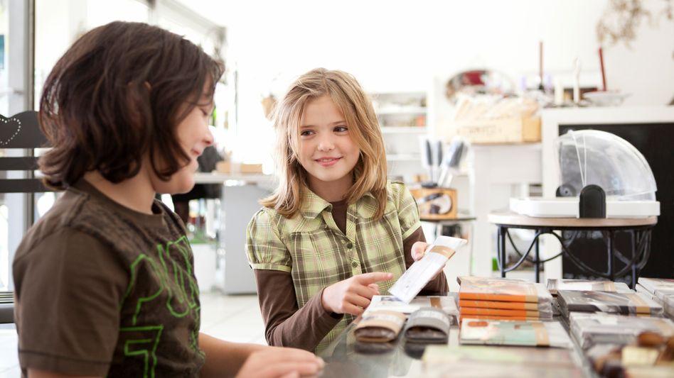 Kinder mit Schokolade: Das meiste Geld für Süßigkeiten