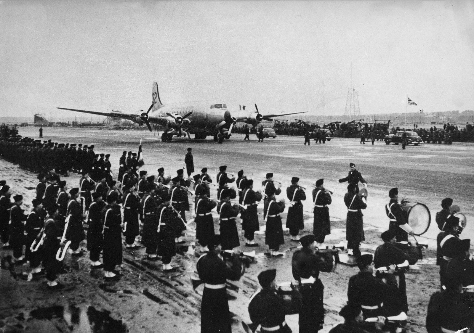 Blockade Berlin 1948/49 - Musikkorps begruesst das 1. Flugzeug d. US Air Force in Tegel