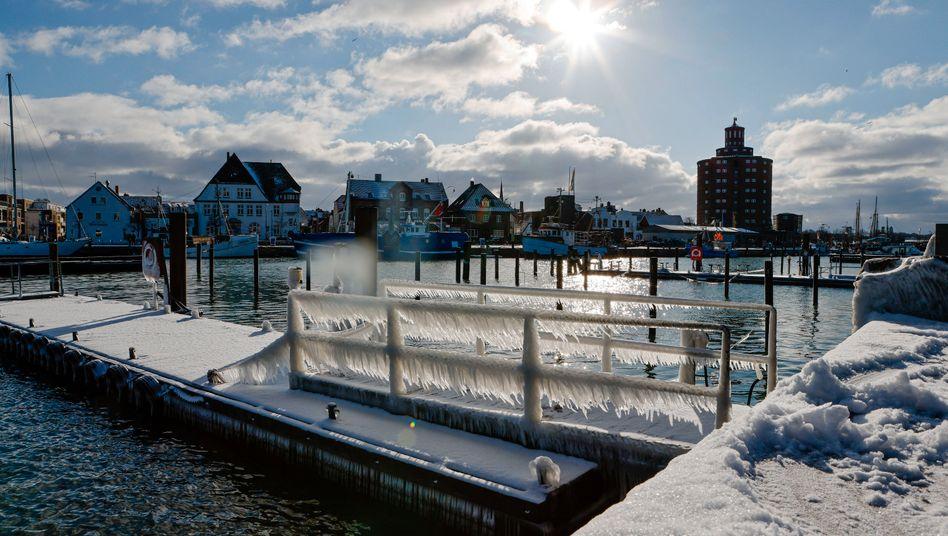 Eckernförde: Eiszapfen haben sich an einem Steg im Hafen gebildet