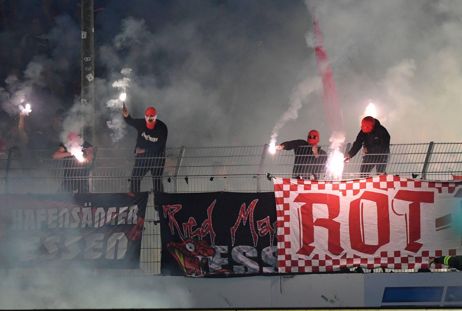 Die Essener Fans zündeten zu Beginn der 2. Halbzeit Bengalos 14.09.2021, Fussball GER, Saison 2021 2022, Regionalliga W