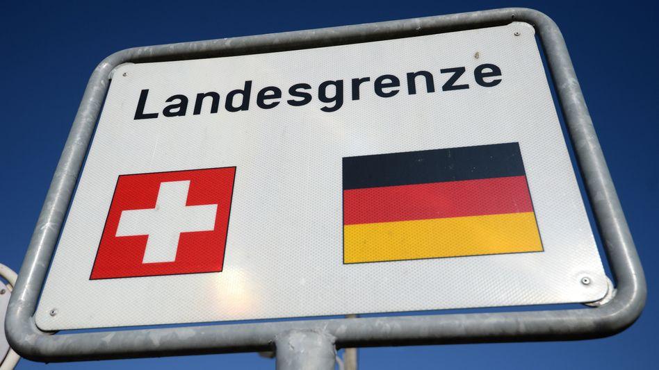 Schild an der Grenze zwischen Deutschland und der Schweiz in Lörrach, Baden-Württemberg