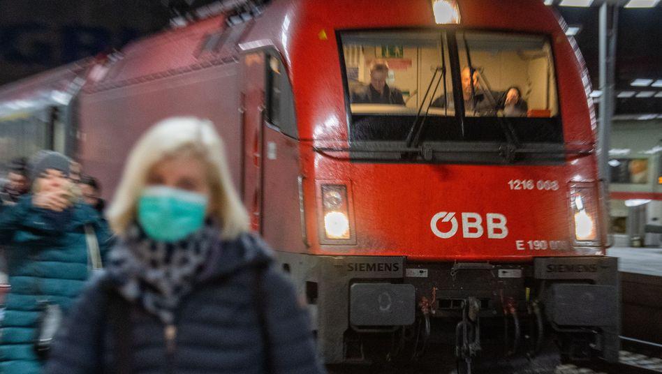 Ein österreichischer Eurocity-Zug am Hauptbahnhof in München