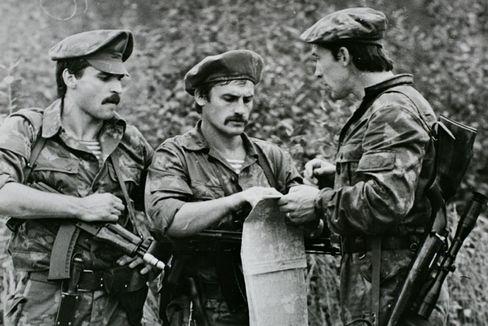 """Michailow bei einer Übung seiner KGB-Eliteeinheit """"Alpha"""" bei Moskau."""