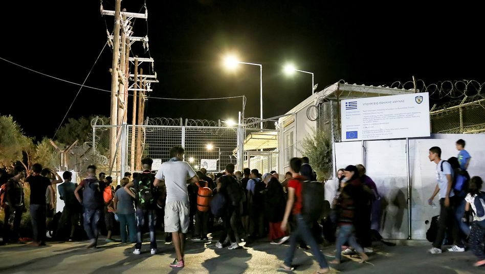 Lesbos: Feuer zerstört Flüchtlingslager - Hunderte ...