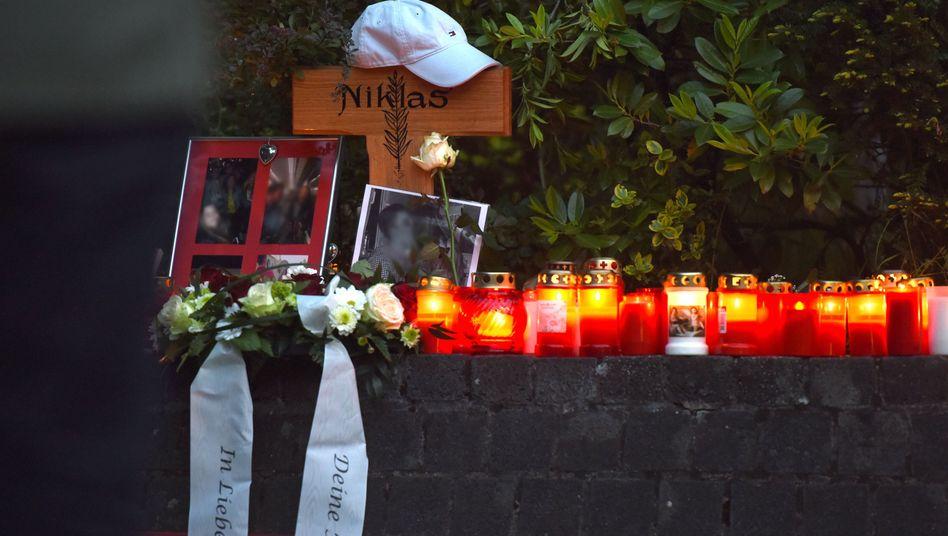 Blumen und Kerzen am Tatort in Bonn
