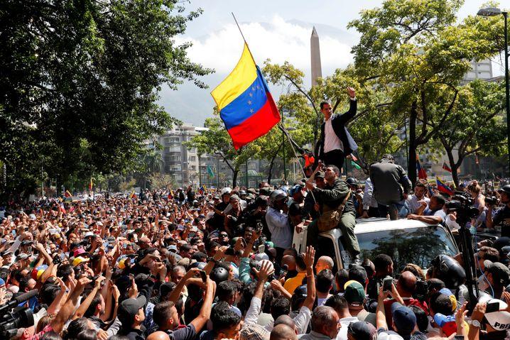 Juan Guaidó Ende April in Caracas: Mehrere Versuche, eine Entscheidung herbeizuführen, schlugen fehl