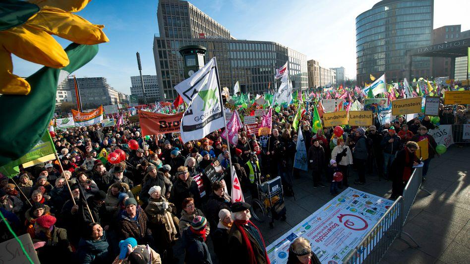 "Demonstranten am Potsdamer Platz in Berlin: ""Wir haben Agrarindustrie satt!"""